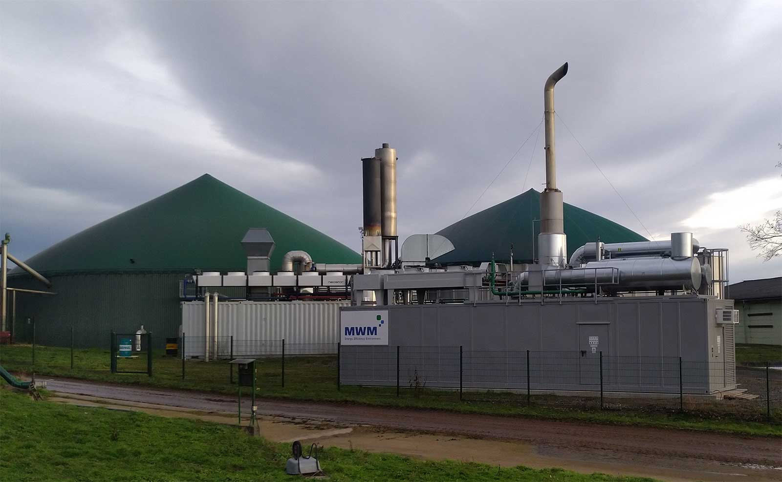 Biogasanlage und MWM Container Blockheizkraftwerk zur dezentralen Stromerzeugung an einem der Standorte von Bioenergie Nooren