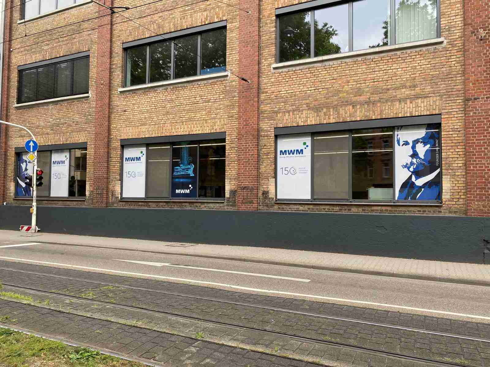 Plakatierte Fenster an der Waldhofstraße