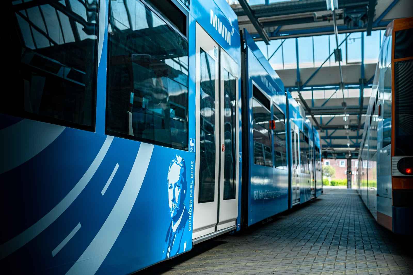 Straßenbahn im blauen MWM-Design